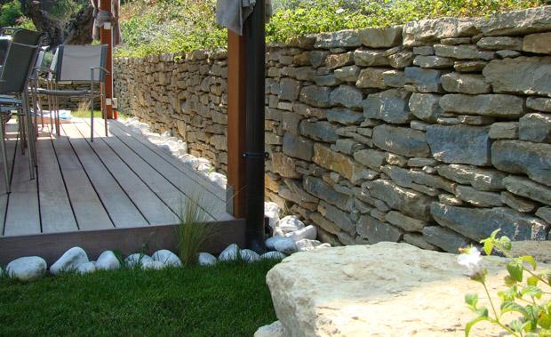 Jardin mur de pierres s ches piscine miroir et for Amenagement jardin var